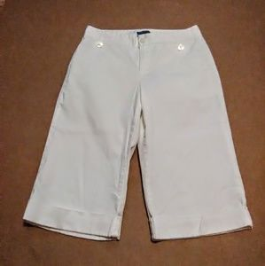 Dockers ideal fit white capris size 4.  A-40